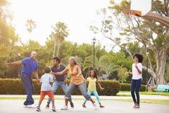 Multi Generations-Familie, die zusammen Basketball spielt Stockbilder