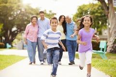 Multi Generations-Familie, die zusammen in Park geht Stockfoto