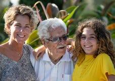 Multi-Generations-A Familie, Urgroßvater, Großenkel und Enkelin stockbild