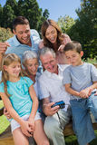 Multi Generationsfamilie, die Fotos betrachtet Stockbild