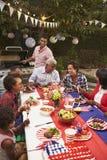 Multi Generationsschwarzfamilie am am 4. Juli Grill, vertikal stockbilder