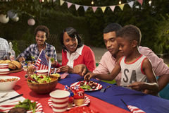Multi Generationsschwarzfamilienmitglieder an einem Grill am 4. Juli lizenzfreie stockbilder