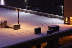 Multi GeschossParkplatz mit frischen Schnee- und Reifenbahnen lizenzfreies stockbild