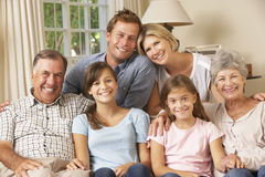 Multi gruppo della famiglia della generazione che si siede su Sofa Indoors Immagini Stock
