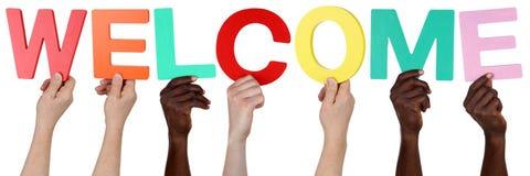 Multi gruppo etnico di gente che tiene il benvenuto di parola fotografie stock libere da diritti