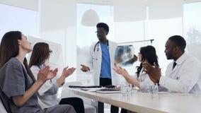 Multi gruppo etnico di giovani interni o di studenti di medicina su medico della conferenza del pulmonologist che dimostrare video d archivio