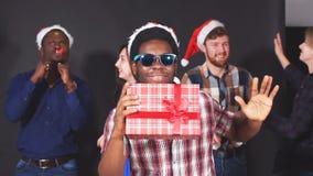 Multi gruppo etnico di studenti alla festa di Natale, movimento lento video d archivio