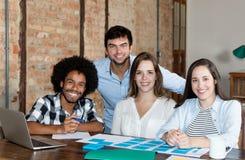 Multi gruppo etnico felice di affari che esamina macchina fotografica fotografia stock