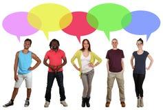 Multi gruppo etnico sorridente di gente che parla con il fumetto immagini stock
