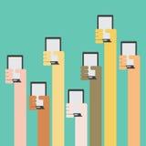Multi Hautfarbhände, die Smartphone anheben Stockbild