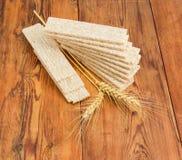 Multi-Kornknuspriges brot und -Weizenähren auf Holzoberfläche Lizenzfreie Stockbilder