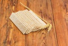 Multi-Kornknuspriges brot und -Weizenähren auf Holzoberfläche Stockfoto
