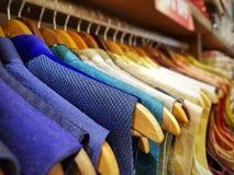 Multi kurta di sherwani del vestito da colore che pende dal capannone in un negozio dell'indumento da vendere immagini stock libere da diritti