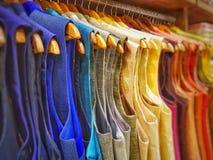Multi kurta di sherwani del vestito da colore che pende dal capannone in un negozio dell'indumento da vendere fotografia stock libera da diritti