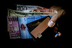 Multi Landeswährungen zusammen mit Revolut MasterCard und Prioritäts-Durchlaufkarte für Flughafenaufenthaltsraumzugang lizenzfreie stockbilder