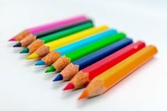 Multi mazzo colorato di allineamento assortito della matita di colore dell'arcobaleno in una fine di fila sistemata insieme paral immagine stock libera da diritti