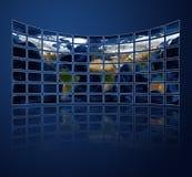 Multi Mediabildschirme, die den Atlas anzeigen Lizenzfreie Stockfotos