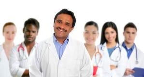 Multi medici etnici del medico latino indiano di perizia immagine stock