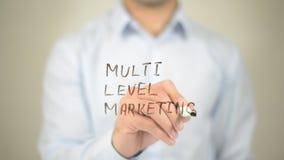 Multi mercado nivelado, escrita do homem na tela transparente Foto de Stock