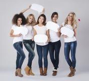 Multi mulheres étnicas com bolhas do discurso Imagens de Stock Royalty Free
