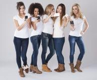 Multi mulheres étnicas com telefones Fotos de Stock Royalty Free