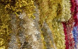 Multi Natale morbido e serico Tinsel Garland Background di colore immagini stock