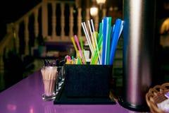 Multi palhas coloridas brilhantes na barra imagem de stock