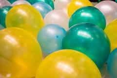 Multi palloni di colore sul pavimento Dettaglio vivace di concetto Immagine Stock Libera da Diritti