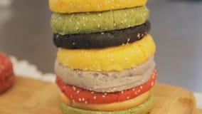 Multi panini colorati per l'hamburger, fine su Camera mobile, filtrante Mucchio dei panini colorati Hamburger degli alimenti a ra stock footage