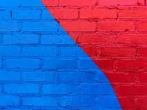 Multi parede de tijolo colorida recentemente pintada fotografia de stock