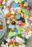 Multi perle colorate in una ciotola fotografia stock