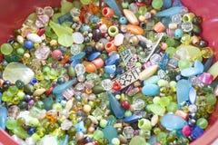 Multi perle colorate in una ciotola immagini stock