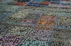 Multi perle di colore su esposizione fotografia stock libera da diritti