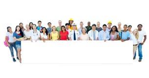 Multi povos étnicos diversos que estão guardando o cartaz fotografia de stock royalty free