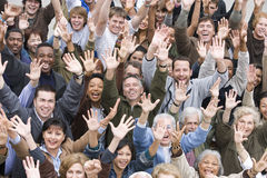 Multi povos étnicos que levantam as mãos junto Fotografia de Stock