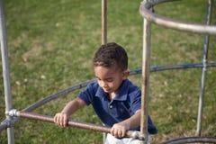 Multi-racial Junge am Park Lizenzfreie Stockfotos