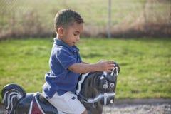 Multi-racial Junge am Park Lizenzfreies Stockfoto