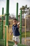 Multi-racial Junge am Spielplatz Lizenzfreie Stockbilder
