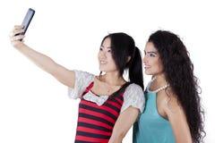 Multi rassenmeisjes die foto's in studio nemen Royalty-vrije Stock Foto