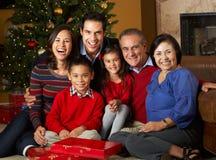 Multi regali di Natale di apertura della famiglia della generazione Fotografia Stock Libera da Diritti
