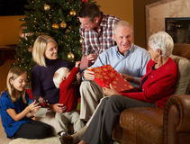 Multi regali di Natale di apertura della famiglia della generazione Immagini Stock