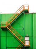 Multi-spanwijdtetrap op de voorgevel van een groen gebouw stock afbeeldingen