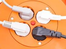 Multi spina e cavi elettrici collegati Immagine Stock
