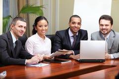 Multi squadra etnica di affari Immagini Stock Libere da Diritti