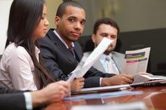 Multi squadra etnica di affari ad una riunione Fotografie Stock Libere da Diritti