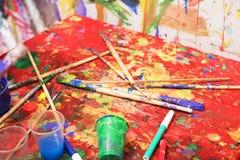 Multi tavolozza colorata con le spazzole Fotografia Stock
