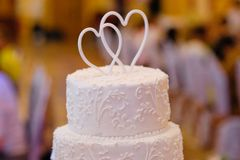 Multi-tiered white wedding cake Royalty Free Stock Photos