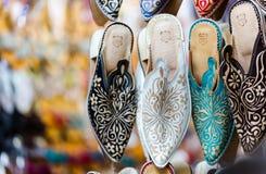 Multi trillende die kleuren ofvMarrakesh in met de hand gemaakte schoenen worden vertegenwoordigd Royalty-vrije Stock Foto