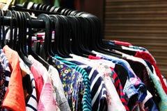 Multi vestito da colore che appende sul gancio fotografia stock