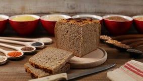 Multicereal und multigrain Brot mit den verschiedenen Bestandteilen herum stock video
